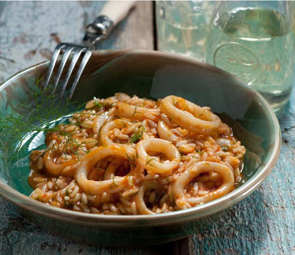 Krithoto with saffron and calamari (orzo with saffron and squid)