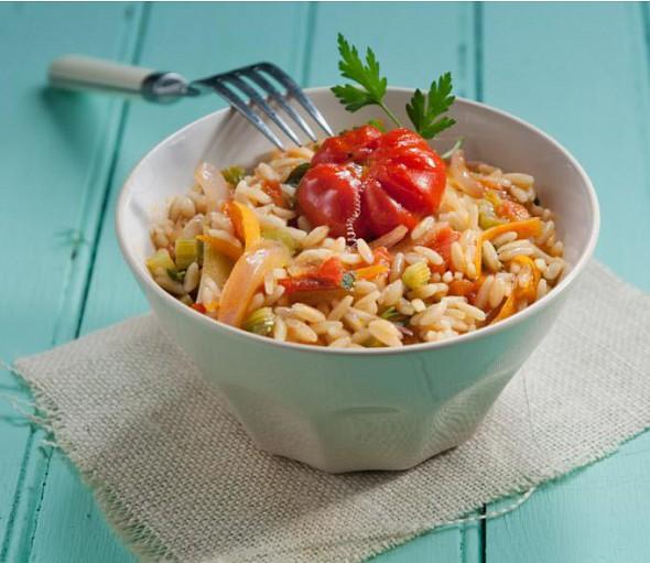 Barley-shaped pasta with red pepper (manestra colopimpiri)