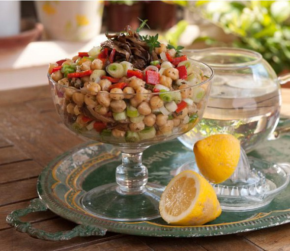 Chickpea salad with Florina peppers and aromatic olive oil and lemon sauce