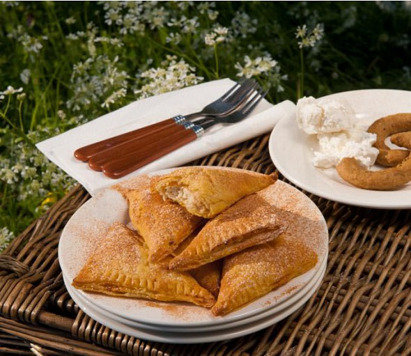 Sweet small cheese pies with xinomizithra and honey